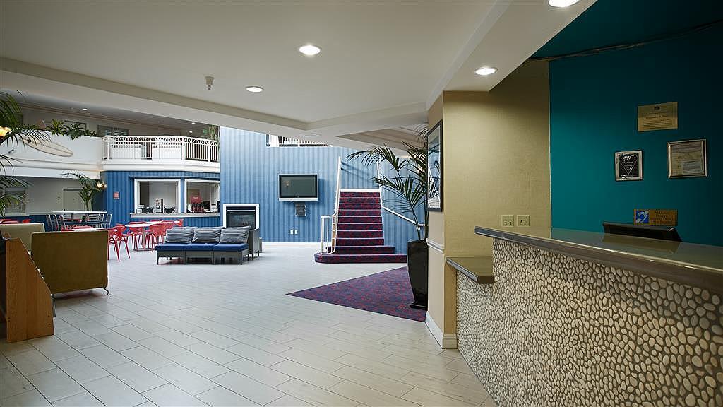 Best Western Plus All Suites Inn - Vista del vestíbulo