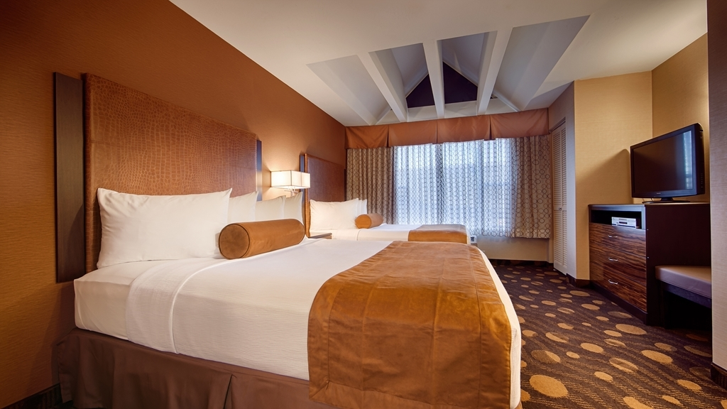 Best Western Plus Suites Hotel Coronado Island - There's plenty of space in our two queen guest room for sleeping, eating and working.