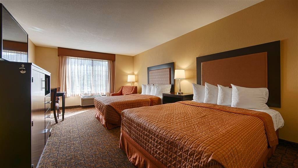 Best Western Escondido Hotel - If you're traveling with your family or group of friends, opt for our double queen guest room.