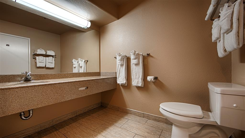 Best Western Escondido Hotel - Enjoy getting ready for the day in our fully equipped guest bathrooms.