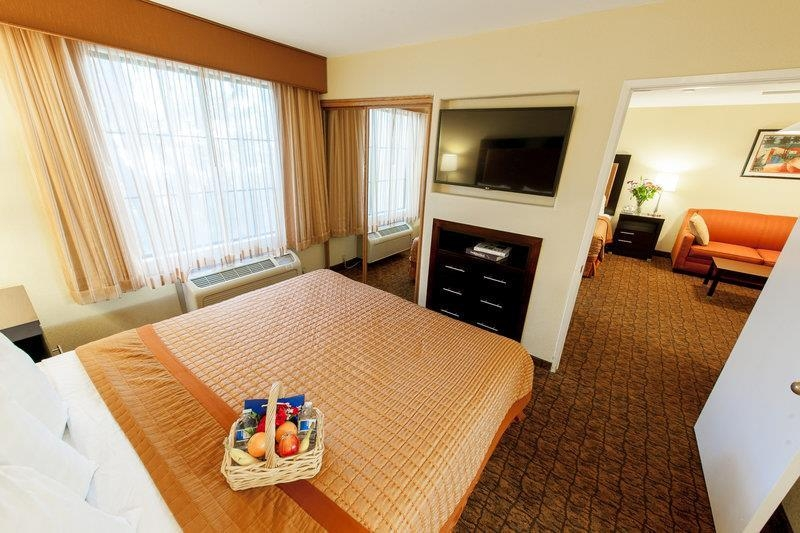 Best Western Escondido Hotel - Suite Bedroom