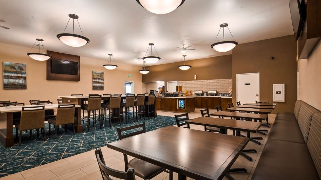 Best Western Plus Executive Inn & Suites - Choose from a wide selection of seating to enjoy your morning meal.