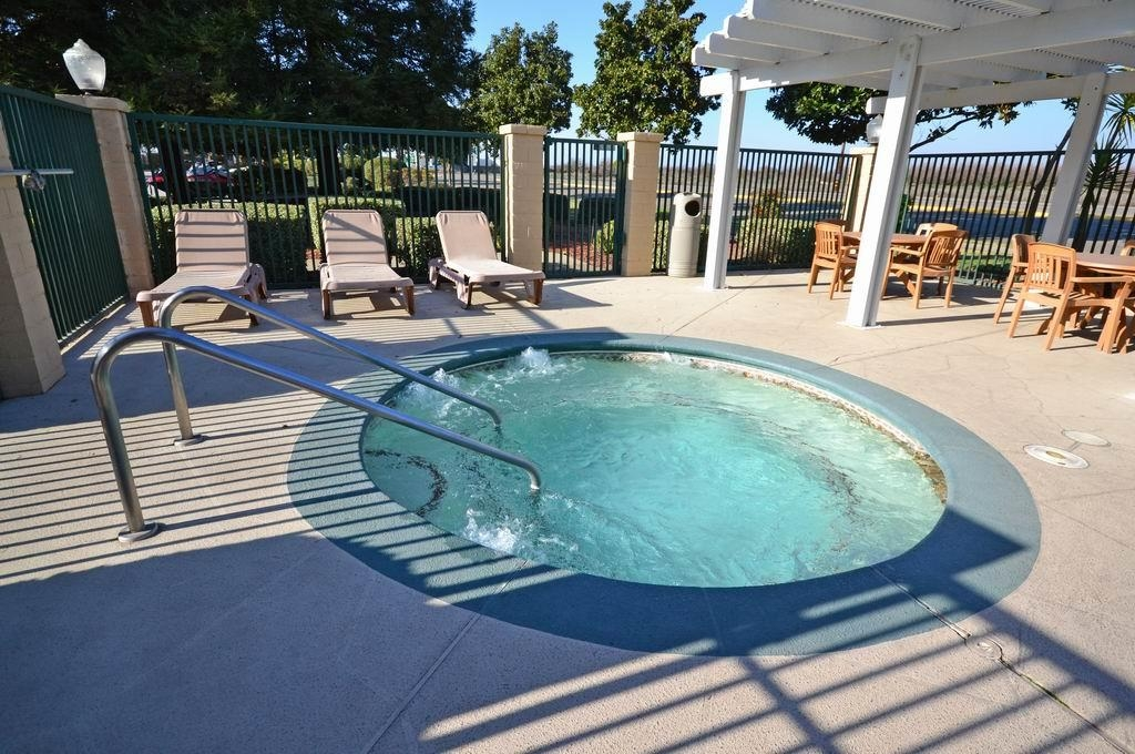 Best Western Orchard Inn - Don't let the weather stop you from jumping in. Our hot tub is heated year-round for you and your friends.