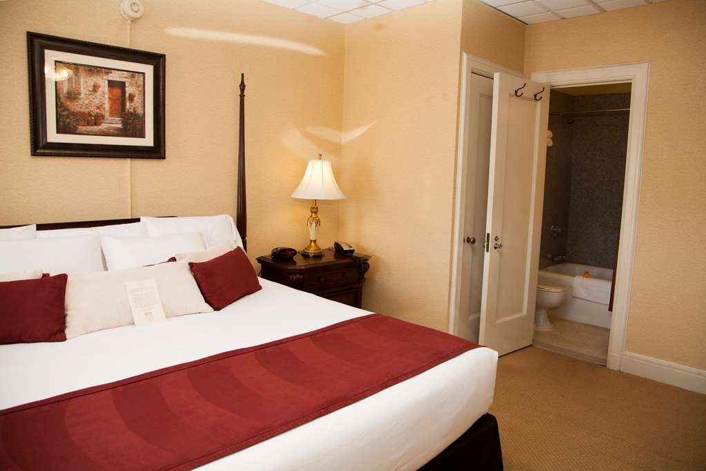 SureStay Collection by Best Western Genetti Hotel - This 2 Room Suite with 1 bed offers a dining room, living room, full kitchen and full breakfast.