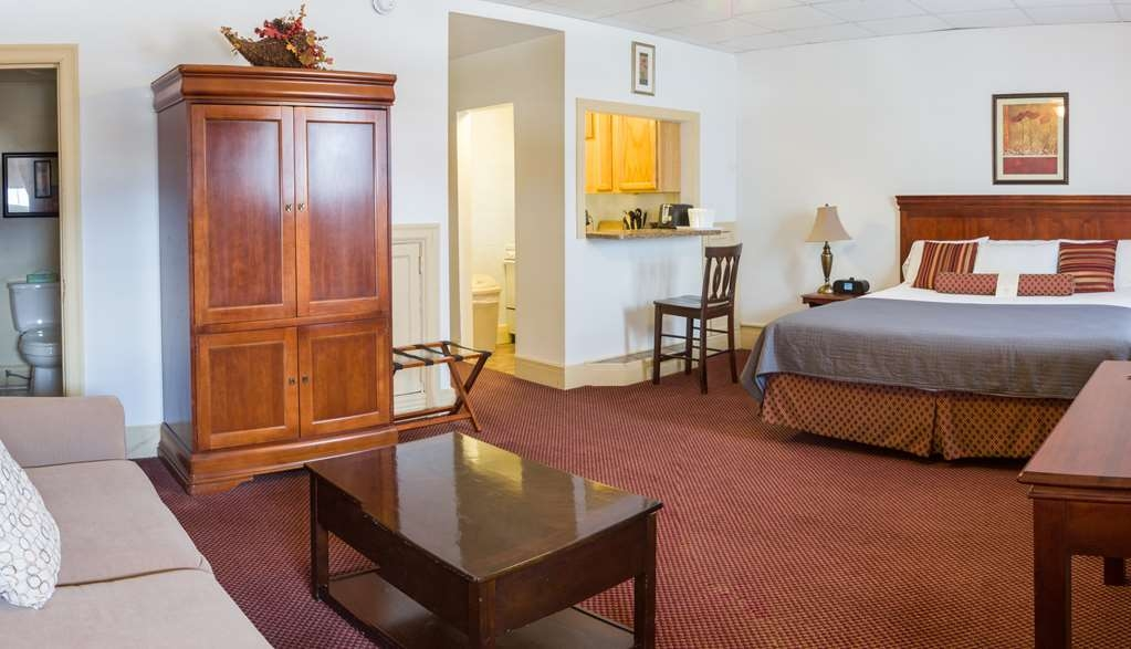 SureStay Collection by Best Western Genetti Hotel - Make a reservation in our Suite King featuring a kitchenette, sitting area, flatscreen, work desk and full breakfast.