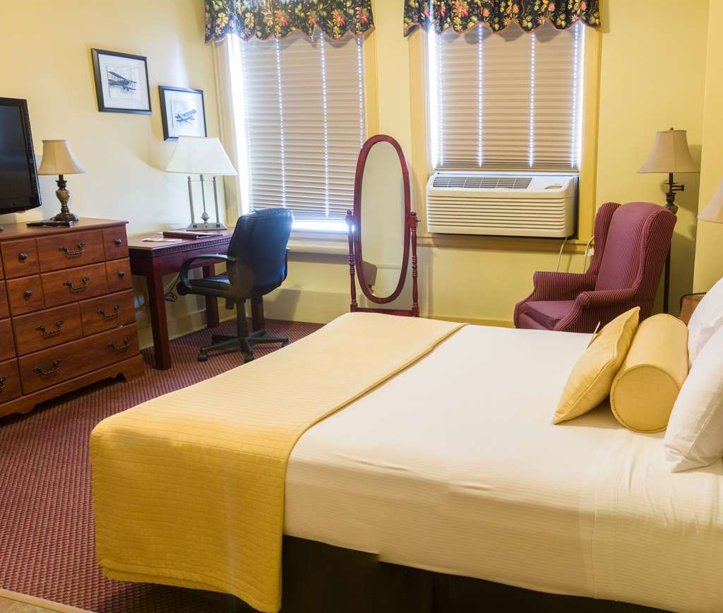 SureStay Collection by Best Western Genetti Hotel - Traveling with 2? Make a reservation in our Suite Queen bedroom.