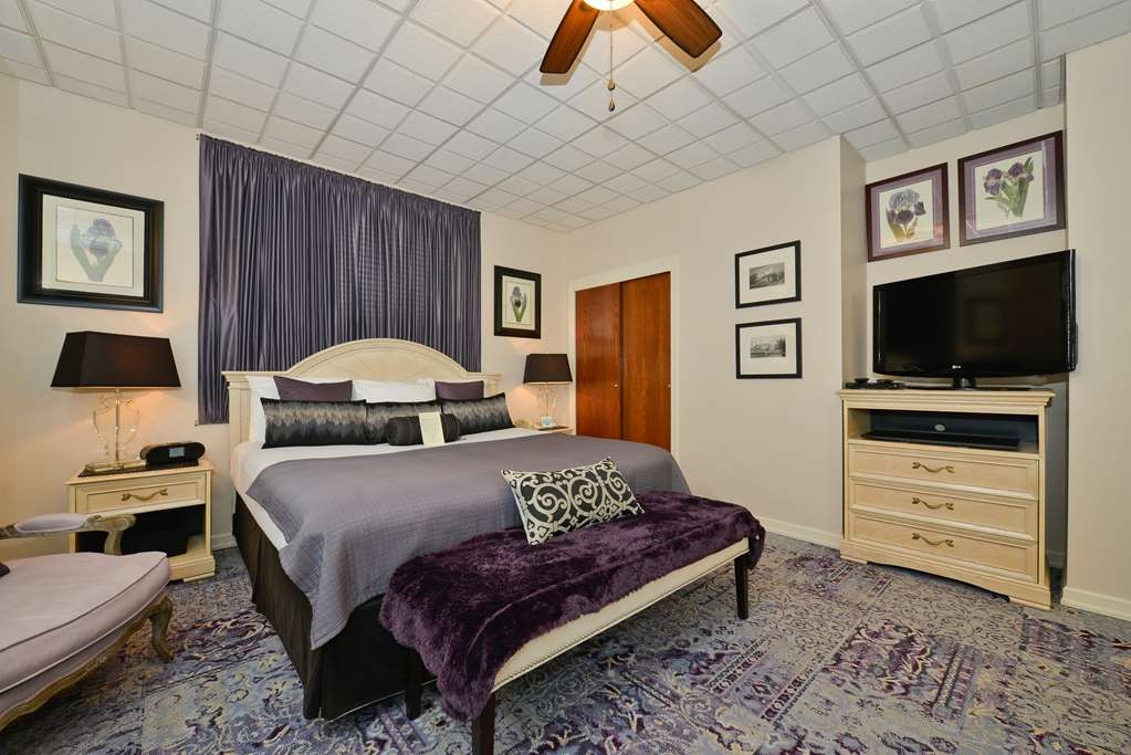 SureStay Collection by Best Western Genetti Hotel - This 2 Room Suite 1 Bed Whirlpool room featuring a whirlpool and living room is perfect for a layover, extended stay or weekend getaway.