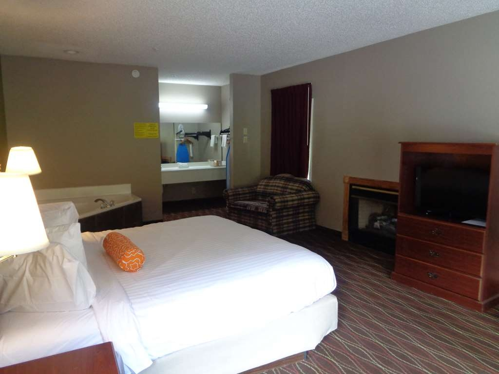 SureStay Hotel by Best Western Helen Downtown - King Whirlpool with Fireplace