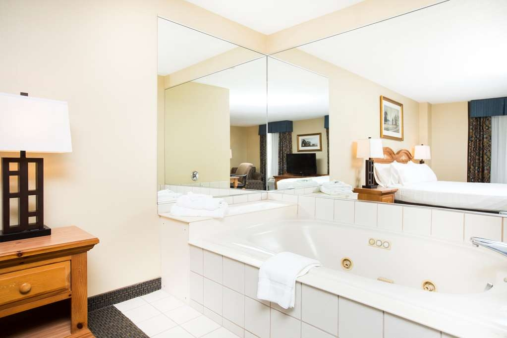 SureStay Plus Hotel by Best Western Elizabethtown Hershey - Relax and enjoy the Jacuzzi tub in one of our King Executive rooms!