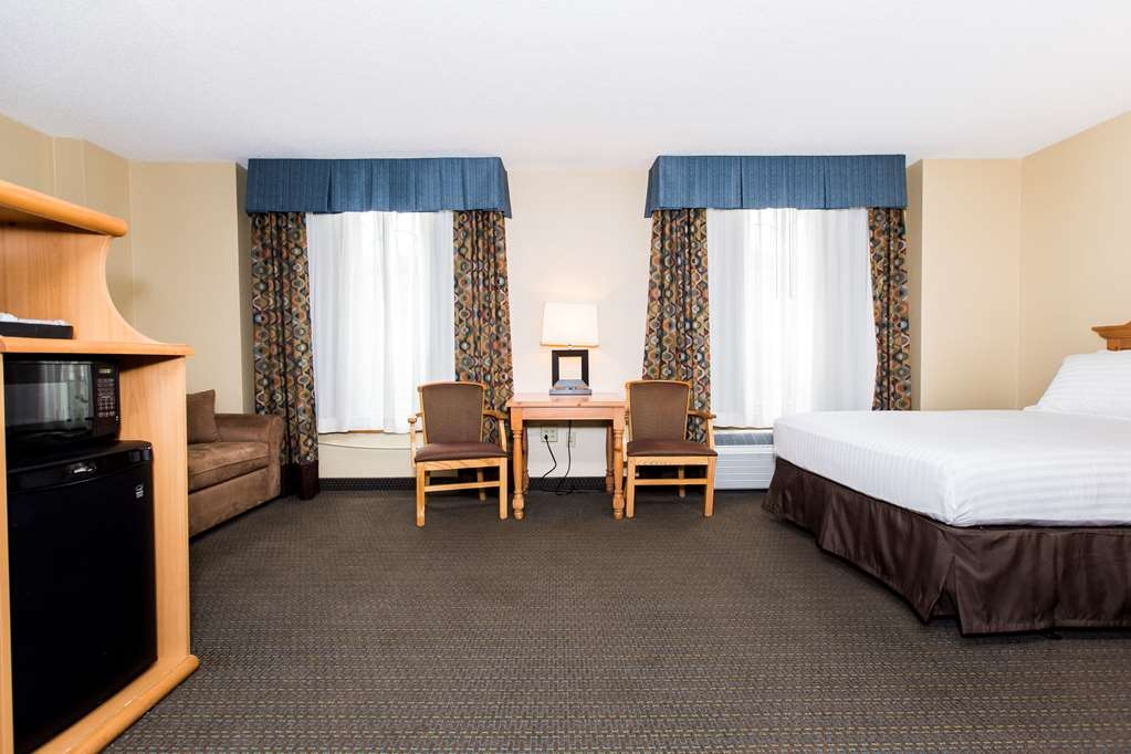 SureStay Plus Hotel by Best Western Elizabethtown Hershey - Our triple queen guestroom will suit all your needs for a larger family. This larger room includes two queen sized beds and a queen sized pull out sofa bed.