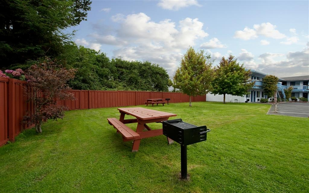 Best Western Arcata Inn - Our BBQ and picnic area is the perfect place to get the family together.