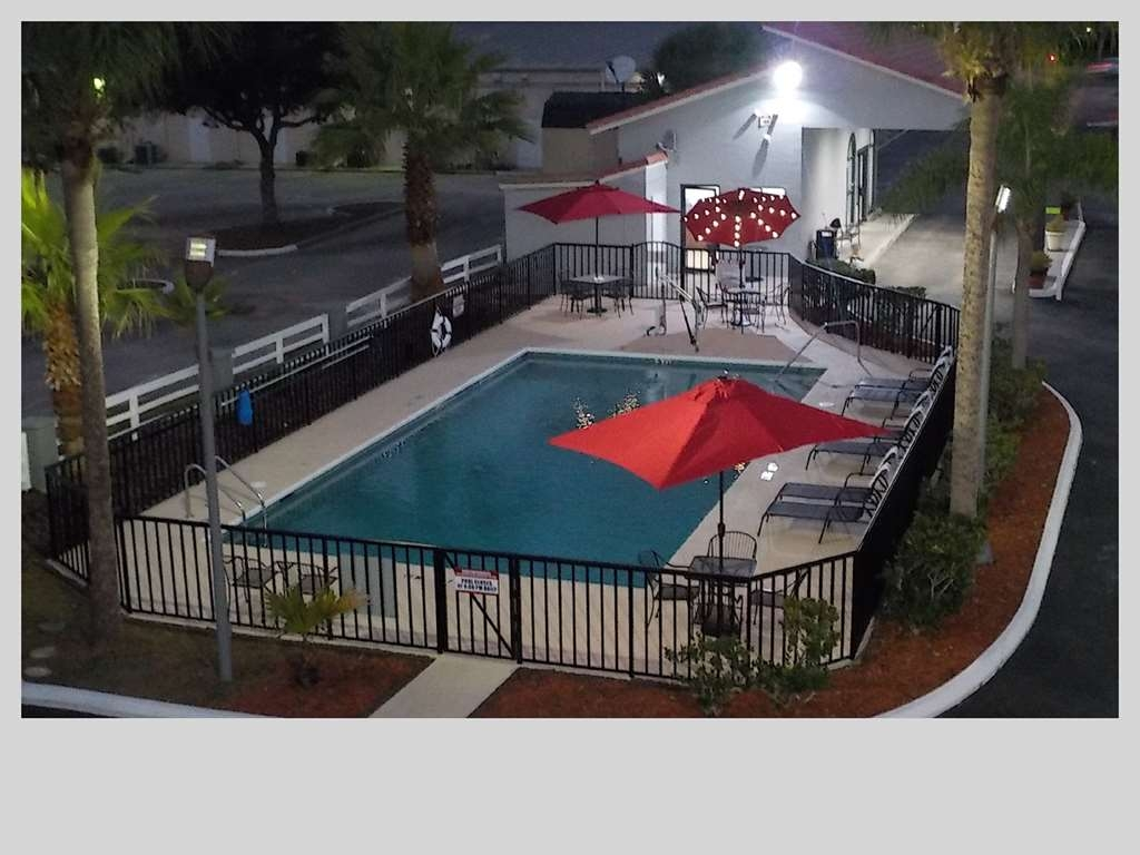 SureStay Hotel by Best Western Clermont Theme Park West - The outdoor pool is perfect for swimming laps or taking a quick dip.