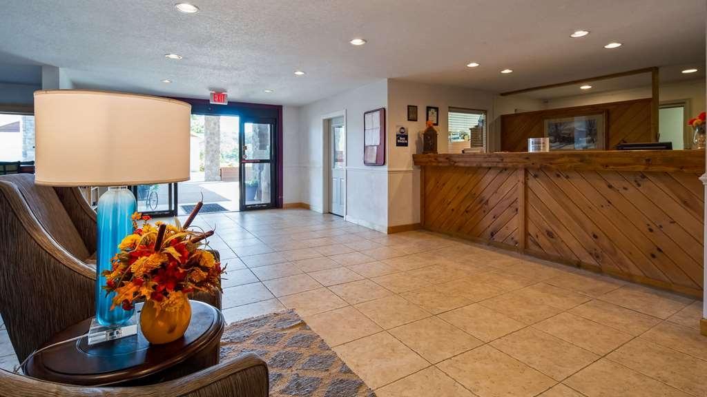 SureStay Plus Hotel by Best Western Berkeley Springs - Hall