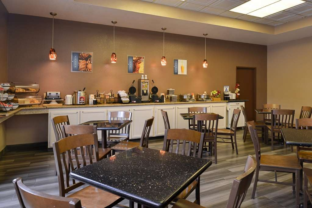 Best Western Plus Heritage Inn Rancho Cucamonga/Ontario - Breakfast attendants area always on hand to assist and attend to your needs.