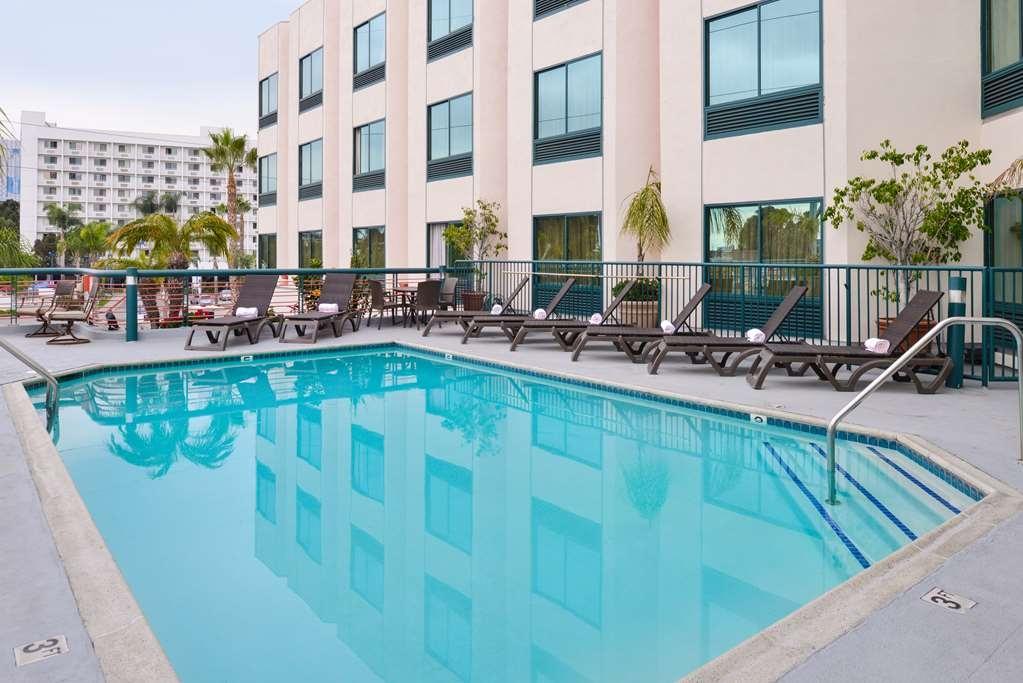 Best Western Plus Suites Hotel - Vista de la piscina