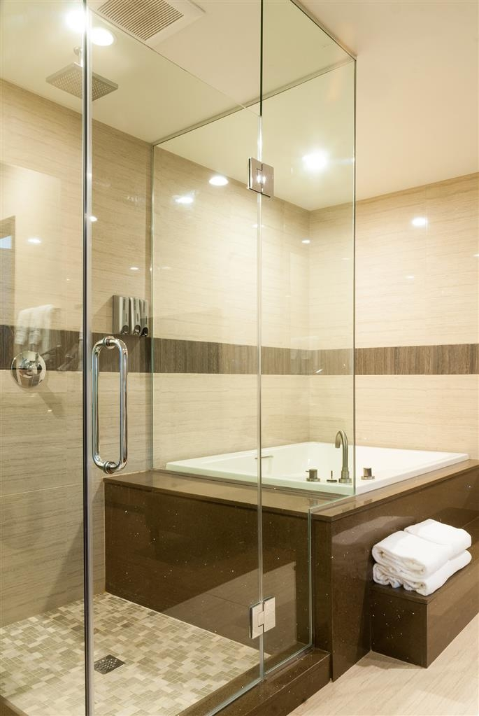 Best Western Plus Glendale - Guest King spa Bathroom