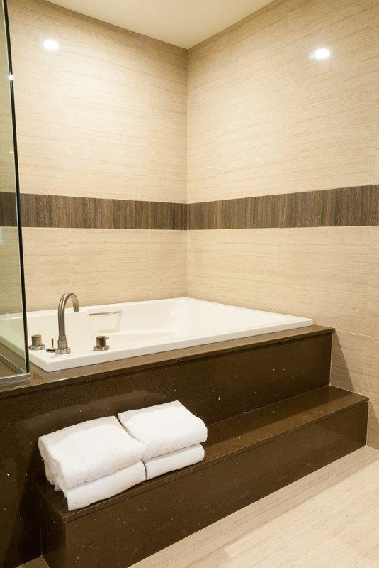 Best Western Plus Glendale - King Spa Bathroom