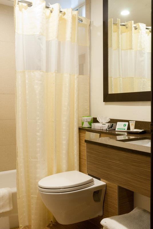 Best Western Plus Glendale - Guest Bathroom with bath tub