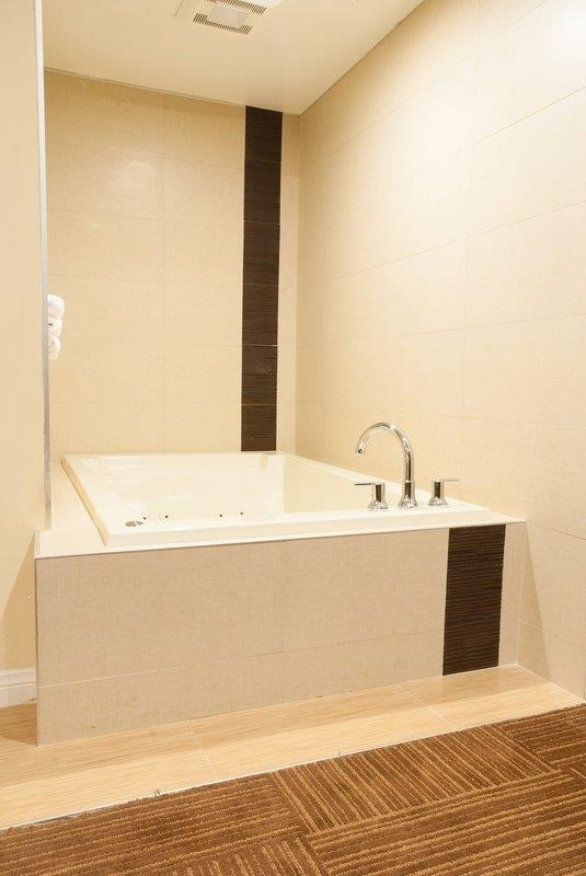 Best Western Plus Glendale - Queen Spa Bathroom