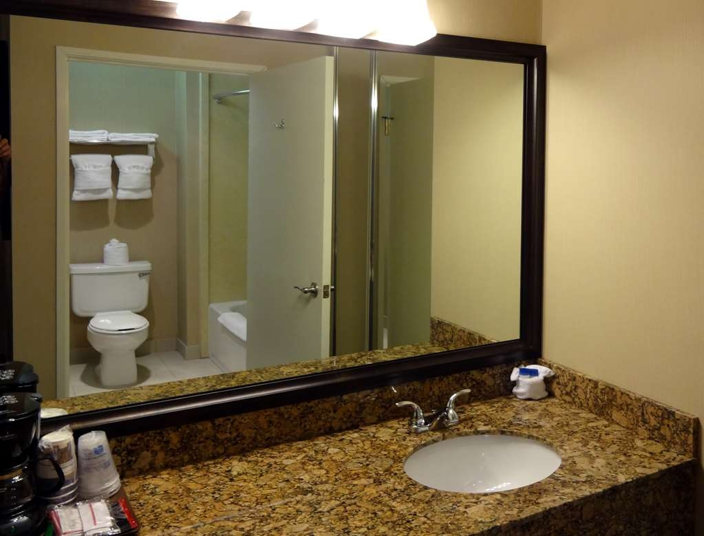 Best Western Plus Casablanca Inn - Guest Bathroom