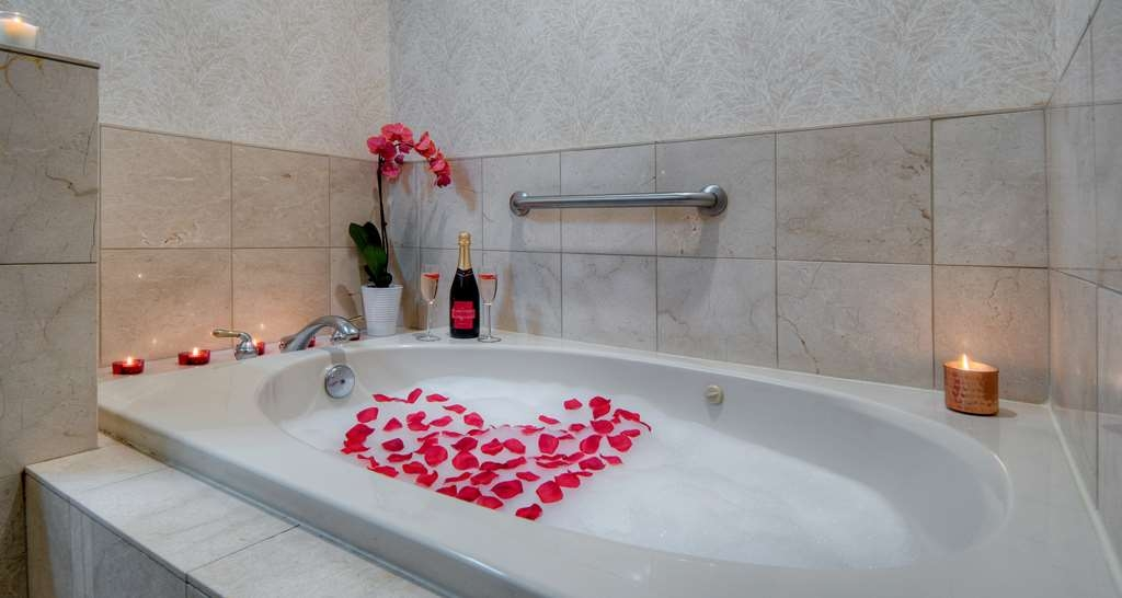 Best Western Plus Dixon Davis - Book a guest suite now, and rejuvenate in a whirlpool tub.