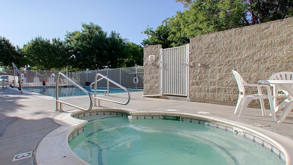 Best Western Luxury Inn - Vue de la piscine