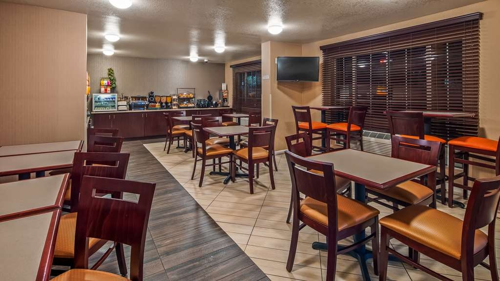 Best Western Luxury Inn - Sit down and enjoy the morning news while sipping a delicious cup of coffee.