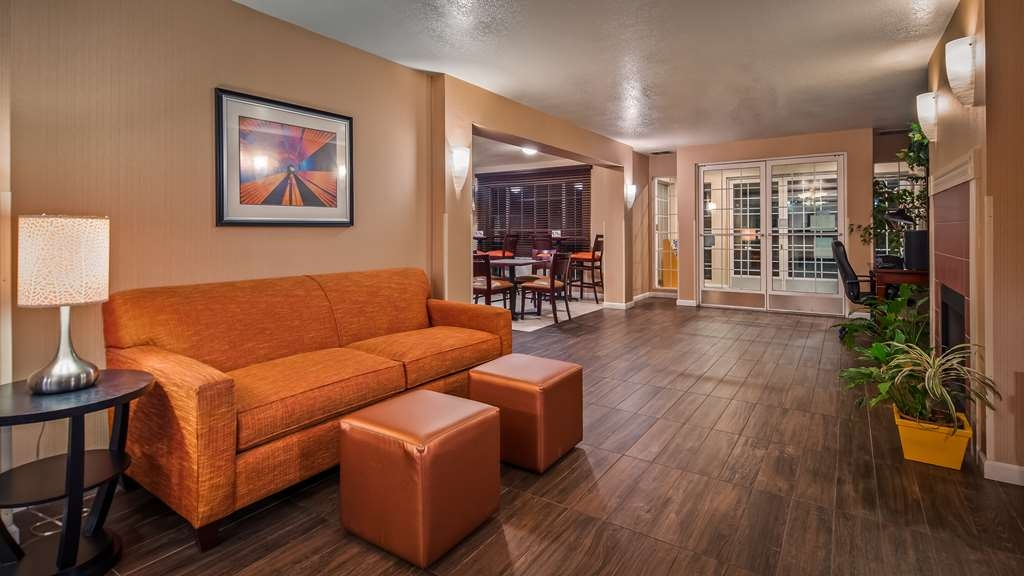 Best Western Luxury Inn - First impressions are the most important, and our chic lobby is no exception to that rule.