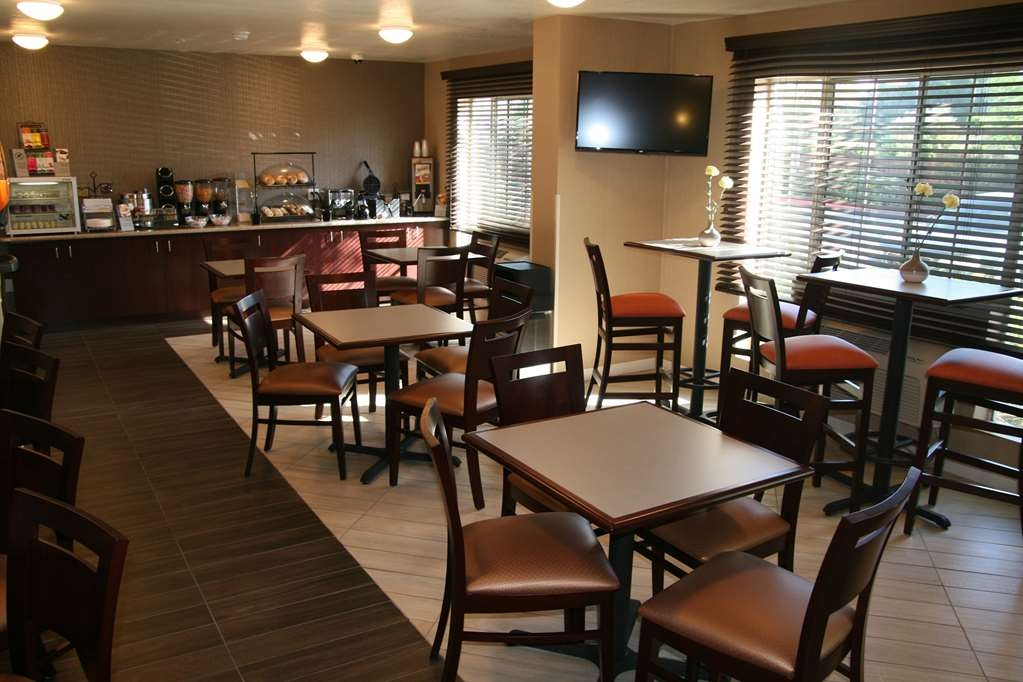 Best Western Luxury Inn - Enjoy a balanced and delicious breakfast with choices for everyone.