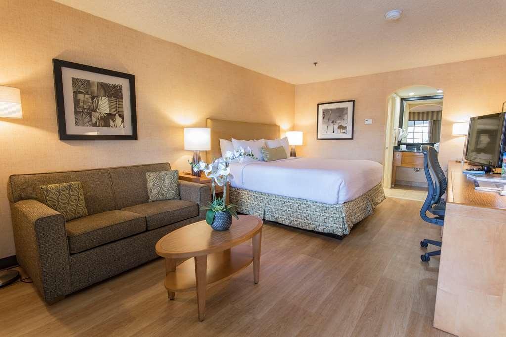 Best Western Plus Las Brisas Hotel - King guest room with sleeper sofa