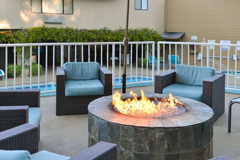 Best Western Plus Novato Oaks Inn - Relax by the poolside fire pit.