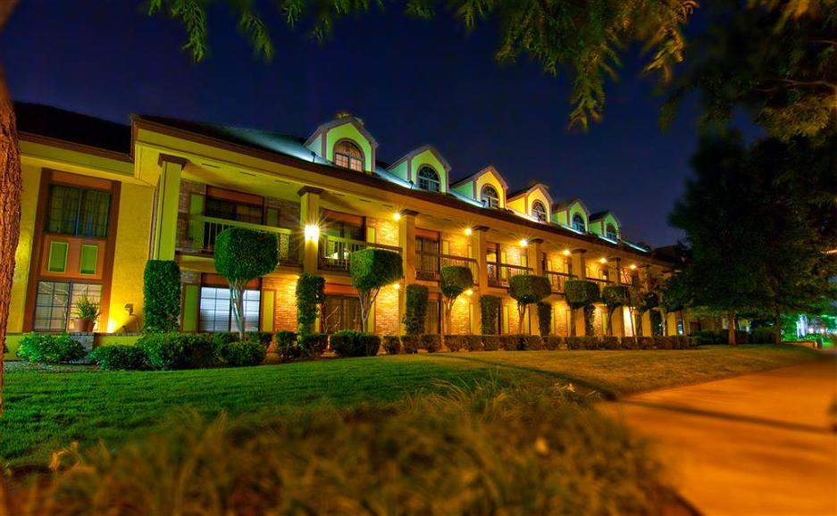 Best Western Plus Raffles Inn & Suites - Area esterna