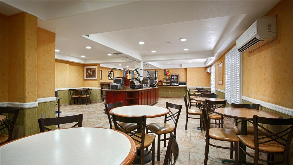 Best Western Plus Raffles Inn & Suites - Salón para desayunos