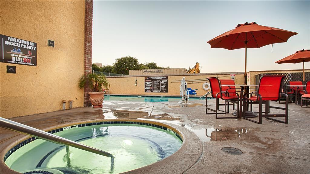 Best Western Plus Raffles Inn & Suites - bañera de hidromasaje