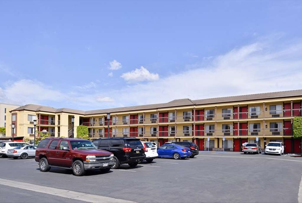 Best Western Plus Raffles Inn & Suites - Estacionamiento del hotel