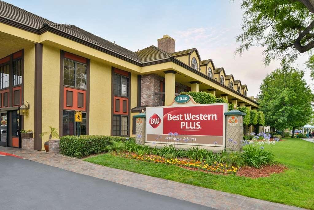 Best Western Plus Raffles Inn & Suites - Facciata dell'albergo