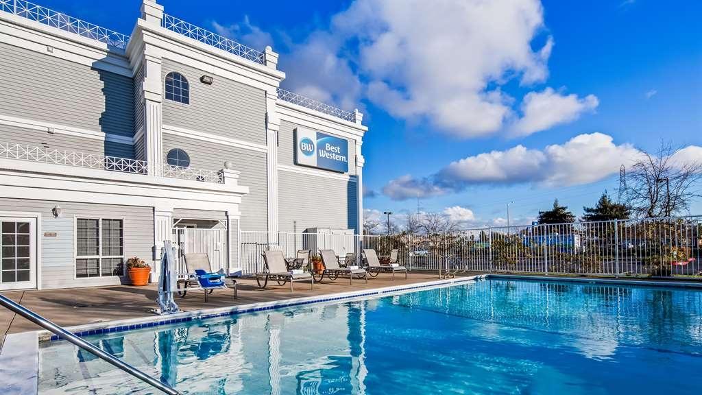 Best Western John Jay Inn - Have a swim in the Pool Area