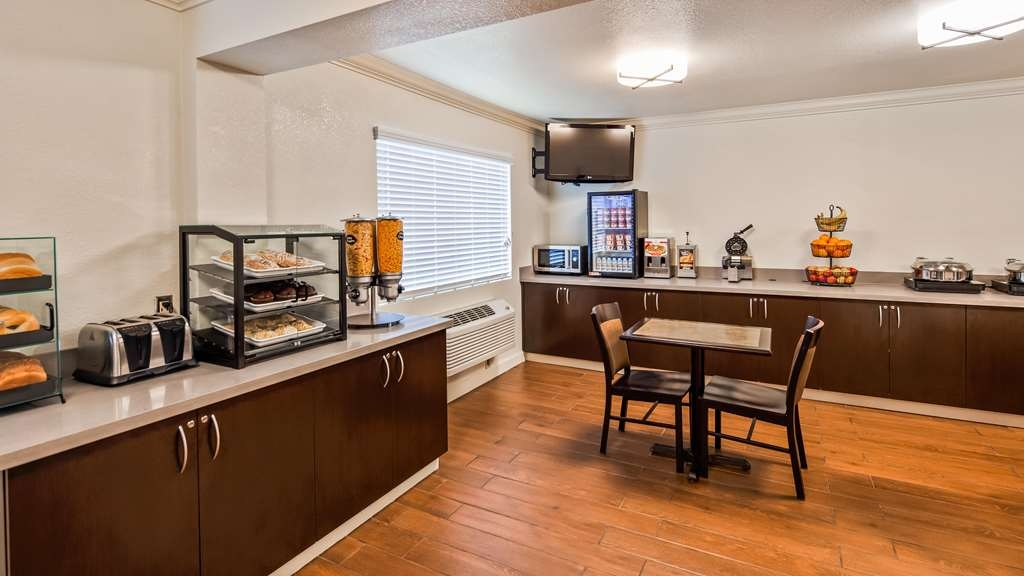 Best Western John Jay Inn - Grab yourself something to eat from the Breakfast Area