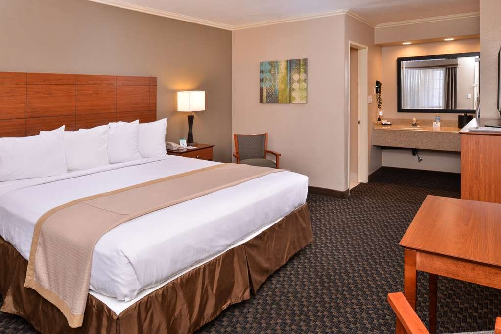 Best Western Oxnard Inn - Enjoy all the comforts of home in this single king guest room.