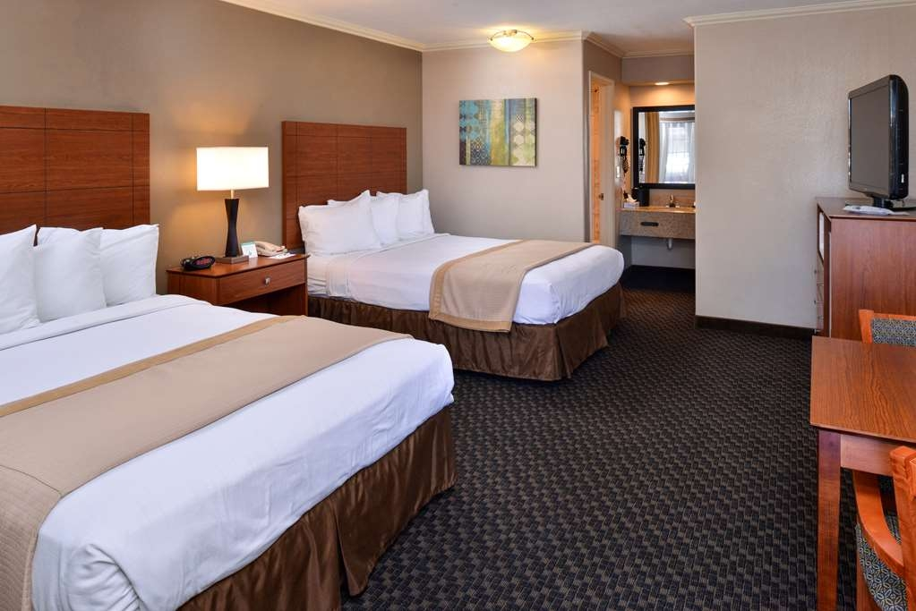 Best Western Oxnard Inn - Our double queen guest room is convenient for larger groups.
