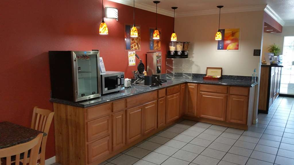 Best Western Americana - Rise and shine with a complimentary breakfast every morning.