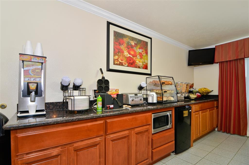 Best Western Salinas Monterey Hotel - Enjoy a complimentary breakfast in our breakfast area every morning.