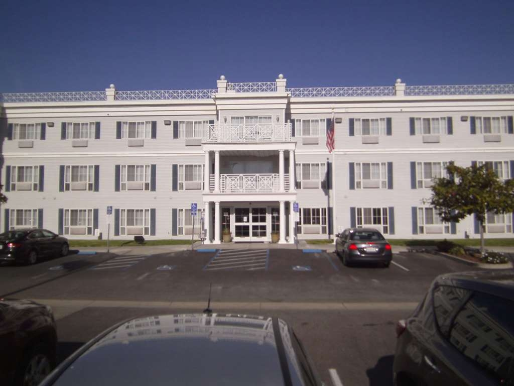 Best Western Salinas Monterey Hotel - We strive to exceed your every expectation starting from the moment you see our Hotel