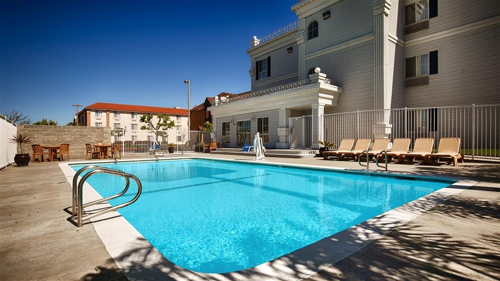 Best Western Salinas Monterey Hotel - Take a refreshing dip in our outdoor pool.