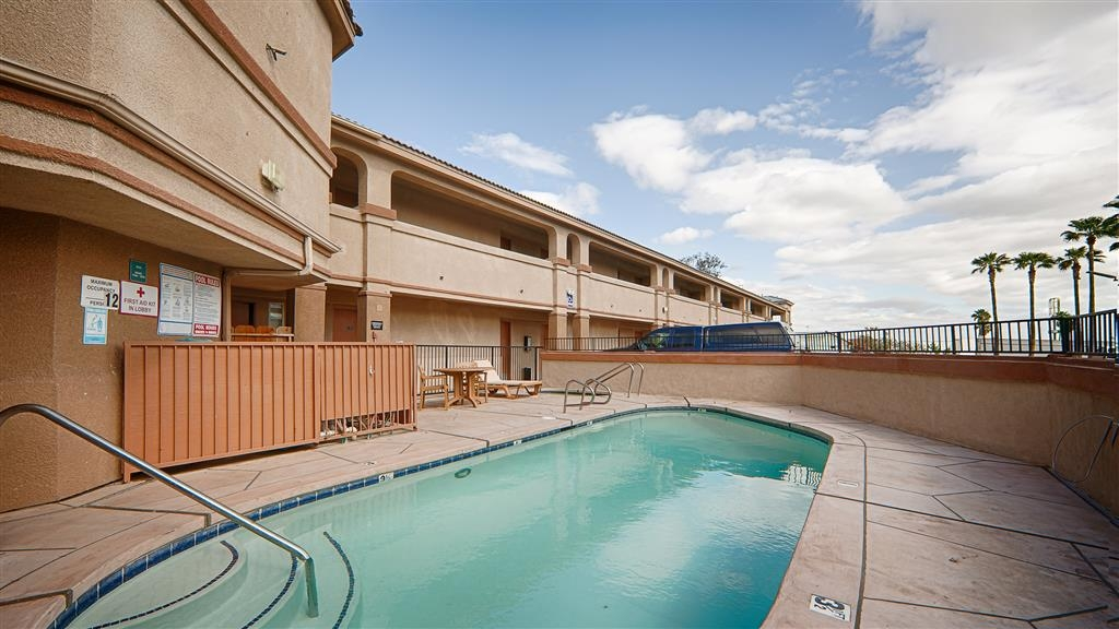 Best Western Kettleman City Inn & Suites - Cool off in our outdoor pool, the perfect place to rejuvenate after a long day of traveling.
