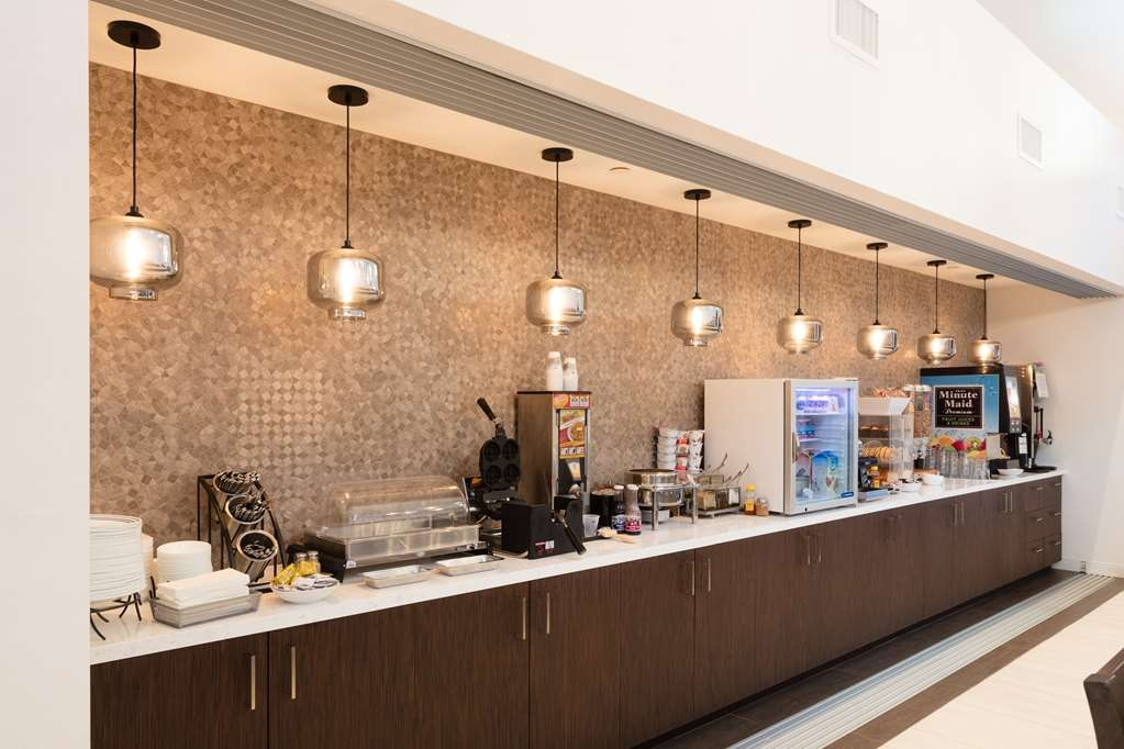 Best Western Plus Stevenson Manor - Rise and shine with a complimentary breakfast every morning.