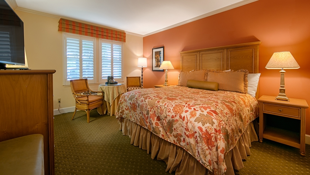 Best Western Plus Elm House Inn - Make yourself at home in our King Lobby Guest Room adjacent to our breakfast area.
