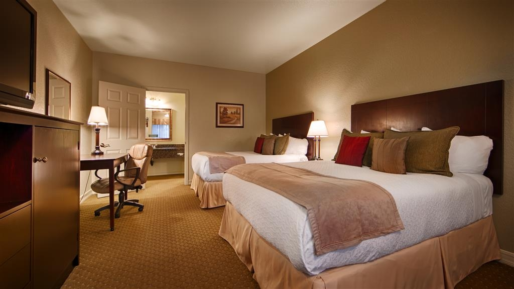 Best Western Plus Bayshore Inn - Our 2 queen business plus rooms are spacious for your added comfort. This room is in our business section of the property which is intended for adults only. This room is not pet friendly