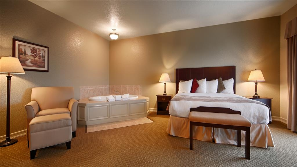 Best Western Plus Bayshore Inn - Relax in our cozy king guest rooms with a fireplace and in room Jacuzzi®. This room is in our business section of the property which is intended for adults only. This room is not pet-friendly.