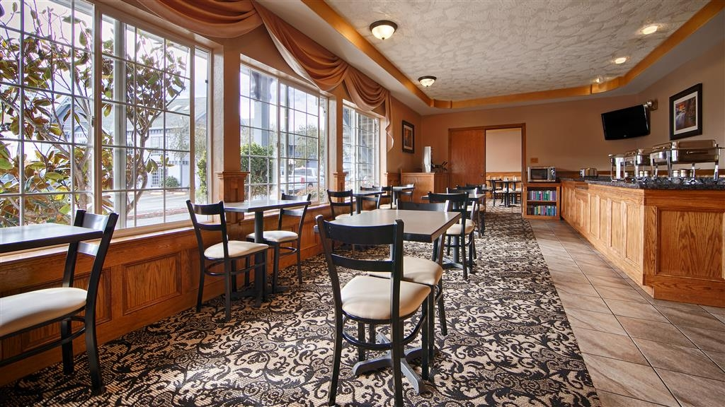 Best Western Plus Bayshore Inn - Enjoy a delicious complimentary breakfast of eggs, breakfast meat, cereal and much more.